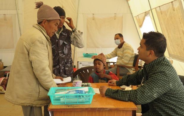स्वास्थ्य परीक्षण गर्दै चिकित्सकहरु
