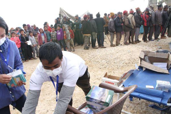 स्वास्थ्य परीक्षणका लागि लामबद्ध भूकम्पपिडीत स्थानीय