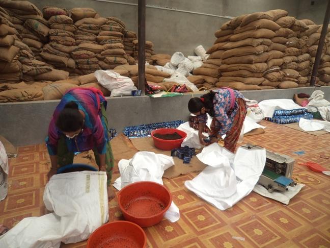 फाइल फोटो : रामकोटमा रहेको अवैध सुर्तीउद्योगमा काम गरेका महिला