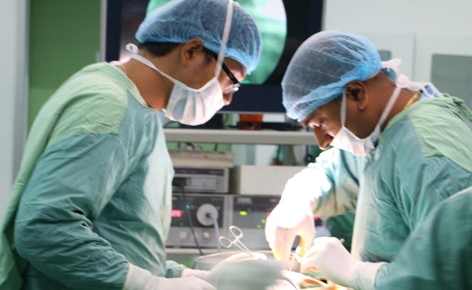 dr-rakesh-performing-beriatric-surgery